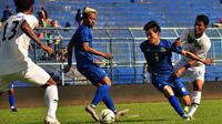 Gelandang Oh In-Kyun bekerja keras dalam uji coba Arema melawan Semeru FC di Stadion Kanjuruhan, Kabupaten Malang. (Bola.com/Iwan Setiawan)