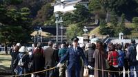 Ribuan orang berkumpul di Tokyo untuk menyaksikan parade langka kaisar dan permaisuri Jepang. (AFP)