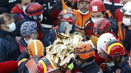 Tim penyelamatan membawa gadis berusia 3 tahun bernama Elif Perincek, setelah diselamatkan dari puing-puing bangunan di Izmir, Turki, Senin (2/11/2020). Elif yang berada di bawah reruntuhan selama 65 jam berhasil diselamatkan setelah gempa berkekuatan magnitudo 6,6. (Istanbul Fire Authority via AP)