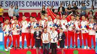 Ketua UMUM PBVSI  Imam Sudjarwo berpose bersama Timnas Voli Indonesia usai pengalungan medali emas SEA Games 2019 di Philsports Arena, Selasa (10/12/2019). (foto: https://www.instagram.com/dony_haryono)