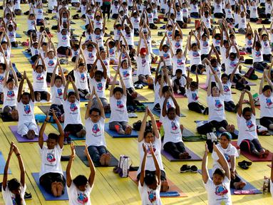 Ribuan peserta mengikuti latihan yoga di Lapangan Independen di Kuala Lumpur, Malaysia (2/7). Dalam acara ini 3.000 peserta ikut berpatisipasi. (AP Photo / Daniel Chan)