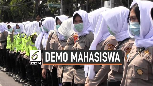 Polda Jatim mengerahkan satuan Polwan untuk menjadi negosiator terhadap pendemo di gedung DPRD Jawa Timur. Para Polwan ini akan melantunkan doa guna meredam aksi demo di gedung DPRD Jatim.
