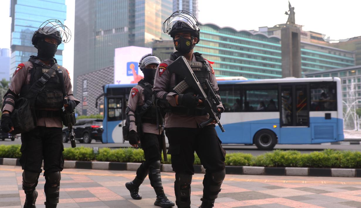 Aparat kepolisian bersenjata lengkap melakukan penjagaan di kawasan Bundaran Hotel Indonesia (HI), Jakarta, Rabu (12/5/2021). Pengamanan ketat tersebut dilakukan untuk menjaga perayan Idul Fitri 1442 di jantung Ibu Kota. (Liputan6.com/Angga Yuniar)