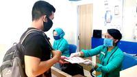 Beberapa profesi yang mau tidak mau harus bersinggungan langsung dengan orang banyak di antaranya adalah petugas pelayanan transportasi publik seperti yang ada di PT Kereta Api Indonesia (Persero).