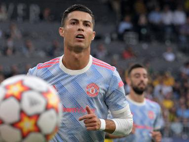 Laga Manchester United melawan BSC Young Boys merupakan penampilan yang ke-177 kali Ronaldo di Liga Champions. Hal tersebut berhasil menyamai rekor penampilan terbanyak dari Iker Casillas di Liga Champions. Sayangnya MU harus kalah walapun CR7 mencetak gol. (AFP/Sebastien Bozon)