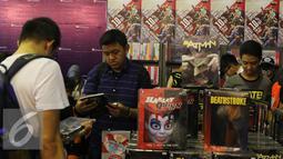 Pengunjung sedang melihat-lihat komik pada acara Indonesia Comic Con 2016 di Jakarta, Sabtu (1/10). Indonesia Comic Con 2016 diselenggarakan pada 1 - 2 Oktober mulai pukul 10.00 hingga 22.00 WIB. (Liputan6.com/Herman Zakharia)