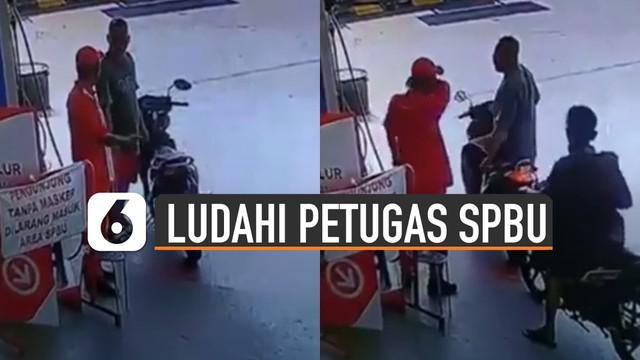 Terekam kamera CCTV seorang pengendara hendak mengisi bensin meludahi petugas SPBU karena tidak terima diingatkan untuk pakai masker.