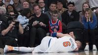 Forward New York Knicks Kristaps Porzingis tergeletak di lapangan Madison Square Garden menyusul cedera lutut pada laga NBA 2017-2018 melawan Milwaukee Bucks, Selasa (6/2/2018) atau Rabu (7/2/2018) WIB. (AP Photo/Mary Altaffer)