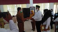 Penyerahan SK PPPK dilakukan secara simbolis di Kantor Bupati Dharmasraya, Sumatera Barat untuk 2 orang perwakilan dari penyuluh dan guru. (Ist)