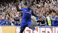 Kurt Zouma (Bertahan) - Dirinya merupakan salah satu bek terbaik Chelsea pada musim ini. Pemain berusia 21 tahun itu menjadi pilihan utama dibanding Terry dan juga Gary Cahill. (AFP/Ian Kington)