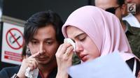 Fairuz A Rafiq didampingi suami Sonny Septian menangis saat memberikan keterangan pers di Polda Metro Jaya, Jakarta Selatan, Senin (1/7/2019). Fairuz melaporkan Galih Ginanjar dengan pasal pencemaran nama baik yang membongkar masa lalu pernikahan mereka. (Fimela.com/Deki Prayoga)