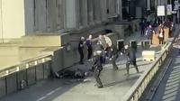 Aksi teror yang terjadi di Jembatan London. (Source: @HLOBlog via AP)