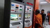 Lewat E-Kiosk, Anda tak perlu antre saat beli tiket kereta api (Fotografer: Septian Deny/ Liputan6.com)