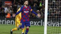 Bintang Barcelona Lionel Messi merayakan gol pertamanya ke gawang Celta Vigo dalam lanjutan Liga Spanyol di Camp Nou, Minggu (10/11/2019) dini hari WIB.(AP Photo/Joan Monfort)