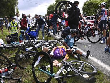 Kecelakaan masal Tour de France Stage 1 terjadi pada kilometer ke-152 dari Brest menuju Landerneau di Prancis. (Foto: AFP/Pool/Anne-Christine Poujoulat)