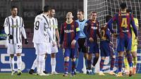 Penyerang Barcelona, Lionel Messi, tampak kecewa usai gagal mencetak gol ke gawang Juventus pada laga matchday terakhir Grup G Liga Champions di Camp Nou Stadium, Rabu (9/12/2020) dini hari WIB. Juventus menang 3-0 atas Barcelona. (AFP/Josep Lago)
