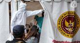 Petugas kesehatan mendata pegawai KPU dan Wartawan saat mengikuti swab test dan tes diagnostik cepat (rapid test) COVID-19 secara massal di Gedung KPU, Jakarta, Selasa (4/8/2020). Tes diagnositk cepat dan swab test diselenggarakan BIN bekerja sama dengan Kemenkes. (merdeka.com/Faizal Fanani)