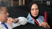 Model Fenny Steffy Burase (kanan) bersiap menjalani pemeriksaan di Gedung KPK, Jakarta, Rabu (1/8). Steffy diperiksa sebagai saksi untuk tersangka Gubenur Aceh Irwandi Yusuf. (Merdeka.com/Dwi Narwoko)