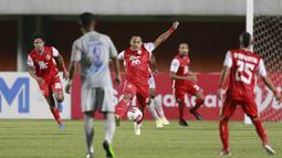Tony Sucipto - Pemain kelahiran Surabaya ini cukup lama memperkuat Persib Bandung yakni pada musim 2011 hingga 2018. Beberapa musim di Persib, Tony menjadi andalan klub Maung Bandung. (Bola.com/M Iqbal Ichsan)