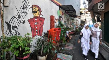 Anak sekolah melintas di depan lukisan tembok atau mural yang menghiasi gang di RT 13 RW 06, Jembatan Lima, Jakarta, Kamis (10/1). Warna-warni mural di pemukiman padat penduduk itu merupakan ide Aryanto selaku Ketua RT 13. (Merdeka.com/Iqbal Nugroho)