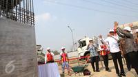 Presiden Jokowi mendengarkan penjelasan proyek pembangunan Light Rail Transit (LRT) dari Dirut Adhi Karya Kiswodarmawan pada Groundbreaking LRT Indonesia, Jakarta, Rabu (9/9). (Liputan6.com/Faizal Fanani)