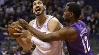 Center New York Knicks Enes Kanter (kiri) dijaga penggawa Phoenix Suns TJ Warren pada laga NBA di Talking Stick Resort Arena, Jumat (26/1/2018) atau Sabtu (27/1/2018) WIB. (AP Photo/Rick Scuteri)