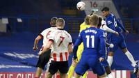 Pemain Chelsea Thiago Silva (kanan) mencetak gol ke gawang Sheffield United pada pertandingan Liga Premier Inggris di Stadion Stamford Bridge, London, Sabtu (7/11/2020). Chelsea menang 4-1. (Mike Hewitt/Pool via AP)