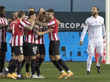 Striker Athletic Bilbao, Raul Garcia (tengah) dan rekan setim merayakan gol pertamanya ke gawang Real Madrid dalam laga semifinal Piala Super Spanyol 2020/21 di La Rosaleda Stadium, Malaga, Kamis (14/1/2021). Athletic Bilbao menang 2-1 atas Real Madrid. (AFP/Jorge Guerrero)