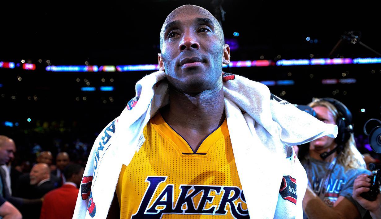 Pemain Los Angeles Lakers, Kobe Bryant bersedih usai pertandingan antara Lakers melawan Utah Jazz di Staples Center, AS, (13/4). Di akhir karirnya, Kobe menelan pil pahit harus kalah dari Utah Jazz dengan skor 101-96. (Robert Hanashiro-USA TODAY Sports)
