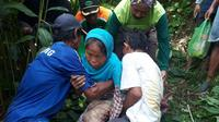 Nenek Katiyem ditemukan setelah dicari lebih dari 24 jam di hutan sekitar Gumelar, Banyumas. (Liputan6.com/Muhamad Ridlo)