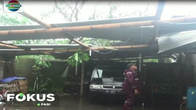 Sebuah rumah milik warga rusak akibat diterjang angin kencang.