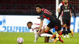 Pemain Liverpool, Curtis Jones, berebut bola dengan pemain Ajax Amsterdam, Ryan Gravenberch, pada laga Liga Champions di Stadion Johan Cruyff, Kamis (22/10/2020). Liverpool menang dengan skor 1-0. (AP/Peter Dejong)