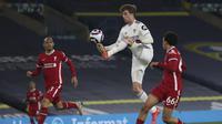 Penyerang Leeds United, Patrick Bamford berusaha mengontrol bola saat bertanding melawan Liverpool pada pertandingan lanjutan Liga Inggris di di stadion Elland Road di Leeds, Inggris, Selasa (20/4/2021). The Reds tertahan di urutan enam dengan 53 poin dari 32 laga. (Clive Brunskill/Pool via AP)