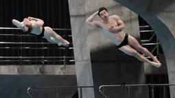 Daniel Goodfellow dan Jack Laugher dari Inggris melakukan loncatan selama penyisihan Loncat Indah 3 Meter Putra Sikronisasi di Kejuaraan Dunia Loncat Indah FINA 2021 yang juga ajang uji coba Olimpiade Tokyo 2020, di Tokyo Aquatics Center, Tokyo, Minggu (2/5/2021). (AP Photo/Eugene Hoshiko)
