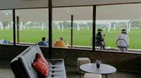 Pemandangan persawahan dari dalam Paddi Cafe di Cirebon. (dok. Instagram @paddi.cafe/ https://www.instagram.com/p/CKVPDSCAhtI/?igshid=1h8t10uar7qtv/ Melia Setiawati)