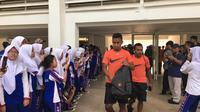 Dua pemain Timnas Indonesia U-23, Osvaldo Haay dan Todd Rivaldo Ferre, meninggalkan Stadion Madya dengan disambut siswa-siswi SMPN 16 Jakarta usai sesi latihan Jumat (8/3/2019) pagi WIB. (Bola.com/Benediktus Gerendo Pradigdo)