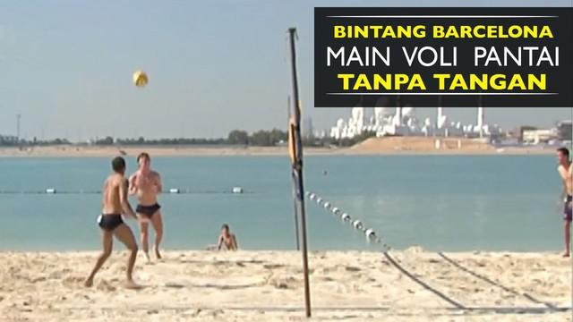 Video pemain bintang Barcelona bermain voli pantai tanpa gunakan tangan.