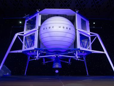 Blue Moon, kendaraan khusus untuk menjelajahi bulan, setelah diperkenalkan oleh CEO Amazon Jeff Bezos pada acara Blue Origin di Washington, 9 Mei 2019. Kapal ini memiliki berat lebih dari tiga metrik ton kosong dan mampu membawa 3,6 ton ke permukaan bulan.  (SAUL LOEB / AFP)