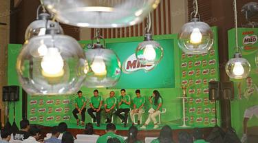Jonatan Christie (kiri) dan Antoni Ginting (2kanan) hadir pada jumpa pers Sirnas Milo School Competition di Senayan, Jakarta, Kamis (25/8/2016). (Nicklas Hanoatubun)
