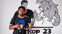 Hamka Hamzah saat di Warkop 23 cabang Malang. (Bola.com/Iwan Setiawan)