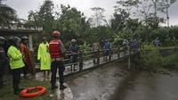 Tim gabungan saat mencari korban banjir bandang di sungai Sempor, Sleman, Yogyakarta, Jumat (21/2/2020). Sedikitnya 200 personel gabungan terus melakukan pencarian Siswa SMPN 1 Turi yang hanyut saat kegiatan susur sungai. (AP Photo)