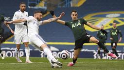 Gelandang Leeds United, Stuart Dallas (kiri) melepaskan tendangan yang berbuah gol pertama timnya ke gawang Tottenham Hotspur dalam laga lanjutan Liga Inggris 2020/2021 pekan ke-35 di Elland Road, Leeds, Sabtu (8/5/2021). Leeds menang 3-1 atas Tottenham. (AP/Oli Scarff/Pool)