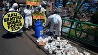 Brigade Evakuasi Popok usai mengumpulkan sampah popok bayi yang ditemukan di Sungai Brantas di Kota Malang, Jawa Timur (Zainul Arifin/Liputan6.com)