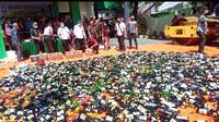 Ribuan botol miras dari berbagai jenis  dimusnahkan di halaman kantor Kejari Manado, Kamis (16/7/2020).