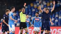 Pemain Lazio Lucas Leiva Pezzini (kanan) menerima kartu merah dari wasit Davide Massa saat menghadapi  Napoli pada perempat final Coppa Italia di Stadion San Paolo, Napoli, Italia, Selasa (21/1/2020). Napoli sukses melaju ke semifinaL Coppa Italia setelah mengalahkan Lazio 1-0. (LaPresse via AP)