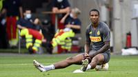 Pemain Inter Milan Ashley Young menduduki bola saat sesi latihan di Cologne, Jerman, Kamis (20/8/2020). Inter Milan akan menghadapi Sevilla di final Liga Europa. (AP Photo/Ina Fassbender, Pool)