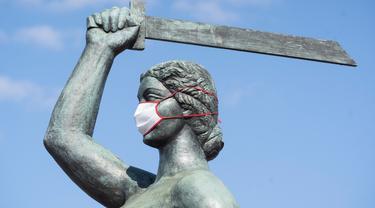 Patung Siren memakai masker terlihat di Warsawa, Polandia (20/4/2020). Pemerintah Polandia telah melonggarkan beberapa kebijakan pembatasan terkait pandemi COVID-19 pada Senin (20/4), dengan membuka kembali hutan dan taman untuk umum. (Xinhua/Jaap Arriens)