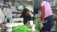 Aktivitas sebuah usaha konveksi milik Enca saat menyelesaikan produksi baju di Desa Curug, Bogor, Jawa Barat, Kamis (4/3/2021). Awal pandemi covid-19, bisnis konveksi terbantu dengan pemesan pakaian APD dan masker yang selanjutnya berkembang dengan penjualan melalui daring. (merdeka.com/Arie Basuki)