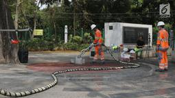 Petugas menggunakan alat ThruKlin untuk membersihkan beton berpori di area Taman Pandang Istana, Jakarta, Kamis (2/8). Beton berpori digunakan pada beberapa proyek revitalisasi, salah satunya kawasan SUGBK. (Liputan6.com/Helmi Fithriansyah)