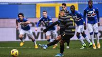 Striker Inter Milan, Alexis Sanchez melakukan eksekusi penalti yang gagal menghasilkan gol ke gawang Sampdoria dalam laga lanjutan Liga Italia 2020/21 pekan ke-16 di Luigi Ferrari Stadium, Rabu (6/1/2021). Inter Milan kalah 1-2 dari Sampdoria. (AFP/Marco Bertorello)